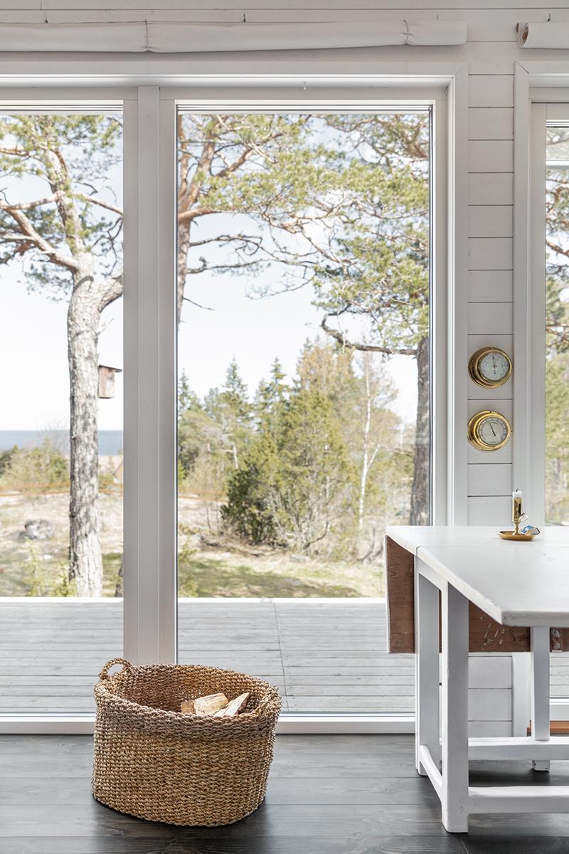 30 kvm attefallshus med glaspartier mot naturen