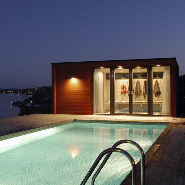 poolhus från enkelrum upplyst natt