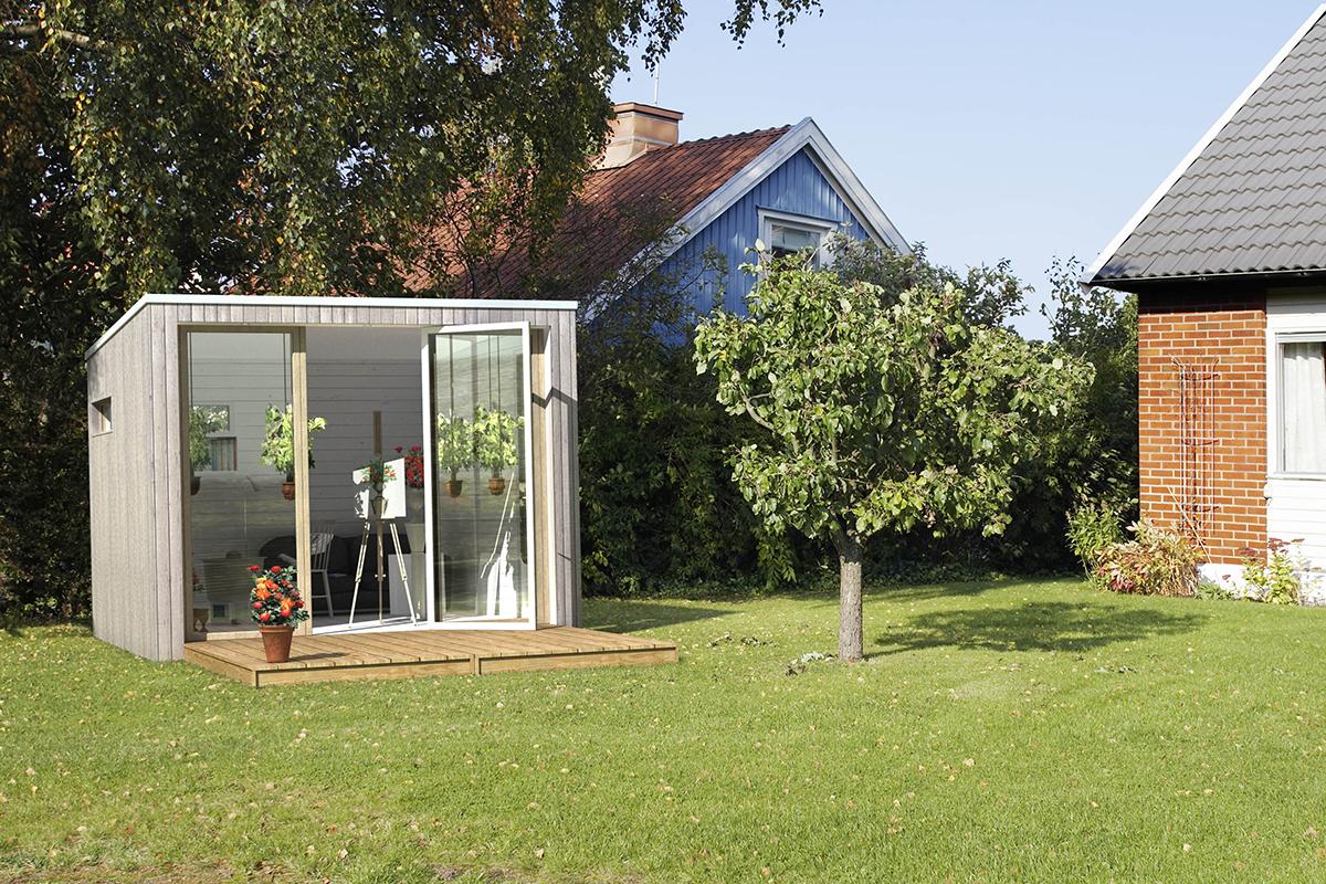 färdigbyggd friggebod som trädgårdsrum