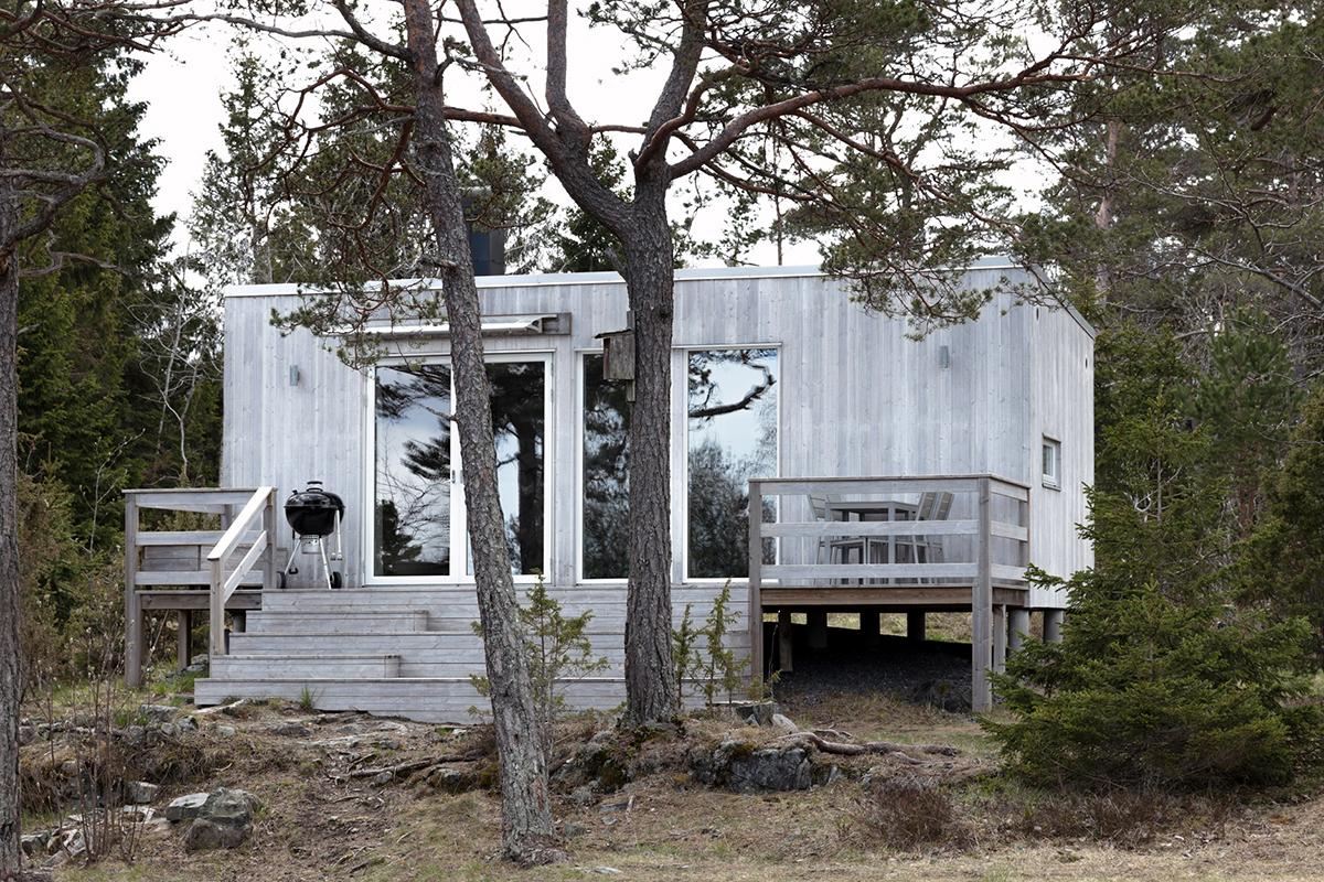 attefallshus 30 i silvergrå fasad ståendes i skogen