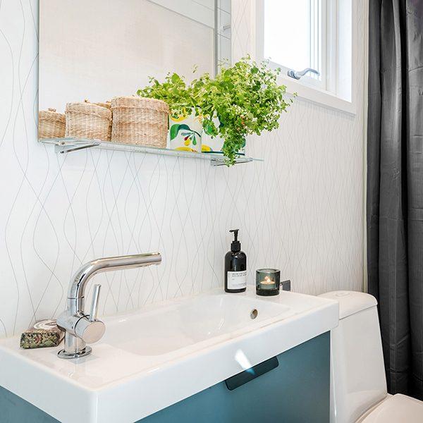 attefallshus badrum i vitt