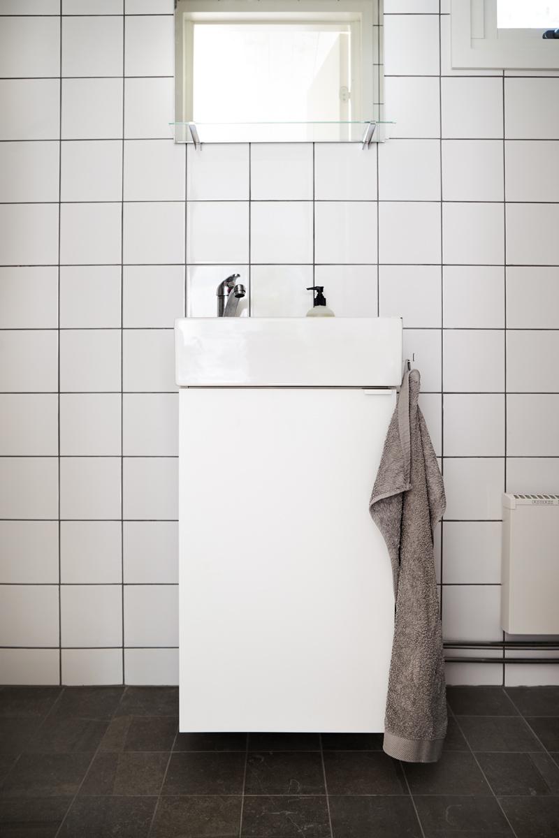 Attefallshus med ljust badrum i kakel och klinker.