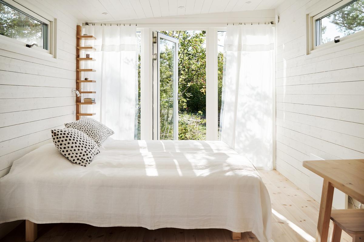 attefallshus med ljust och luftigt sovrum från Enkelrum