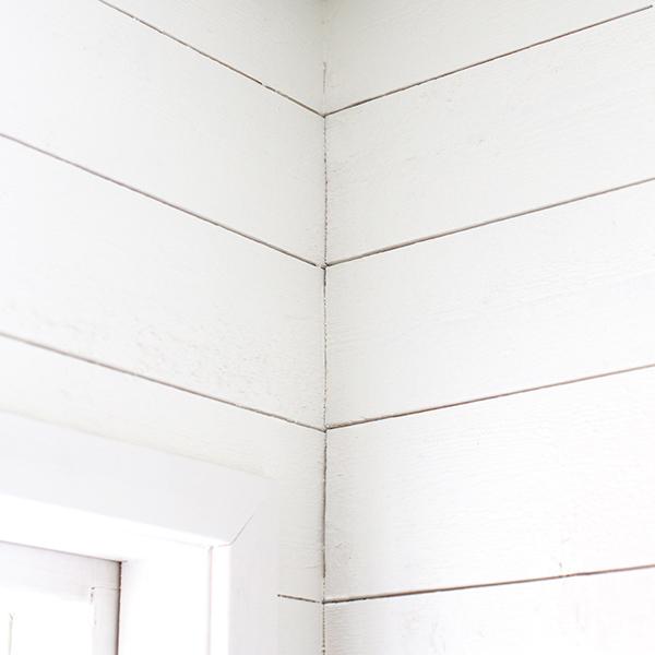 vitmålad träpanel