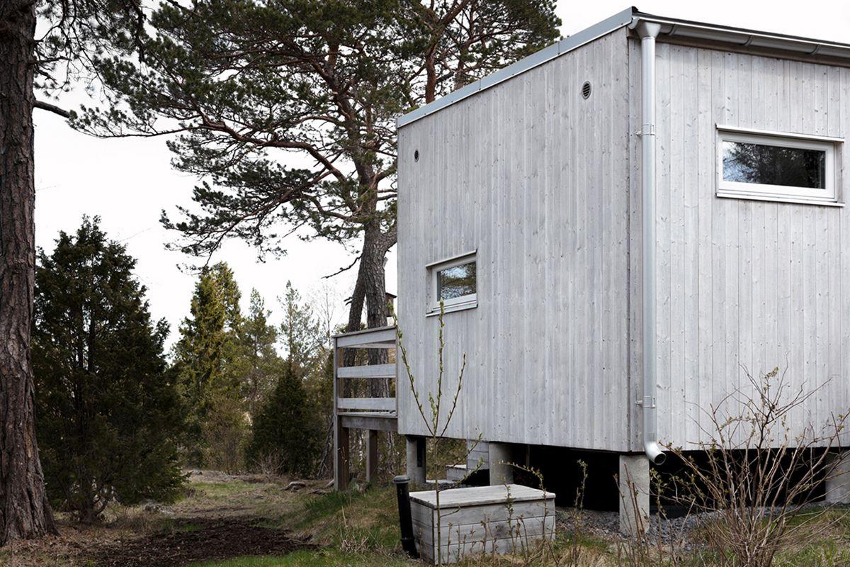 attefallshus 30 kvm baksida med träpanel och plåtdetaljer i aluzink