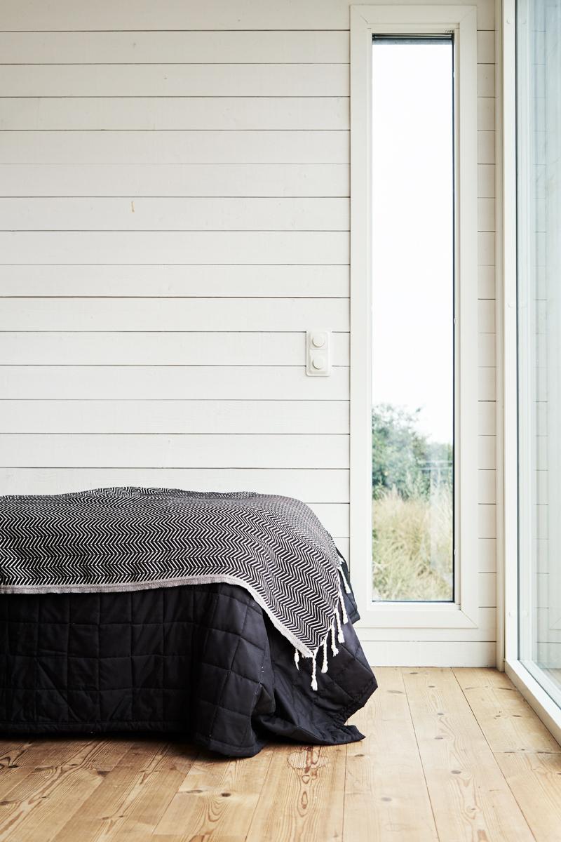 Attefallshus med massivt trä och vitmålad panel från Enkelrum