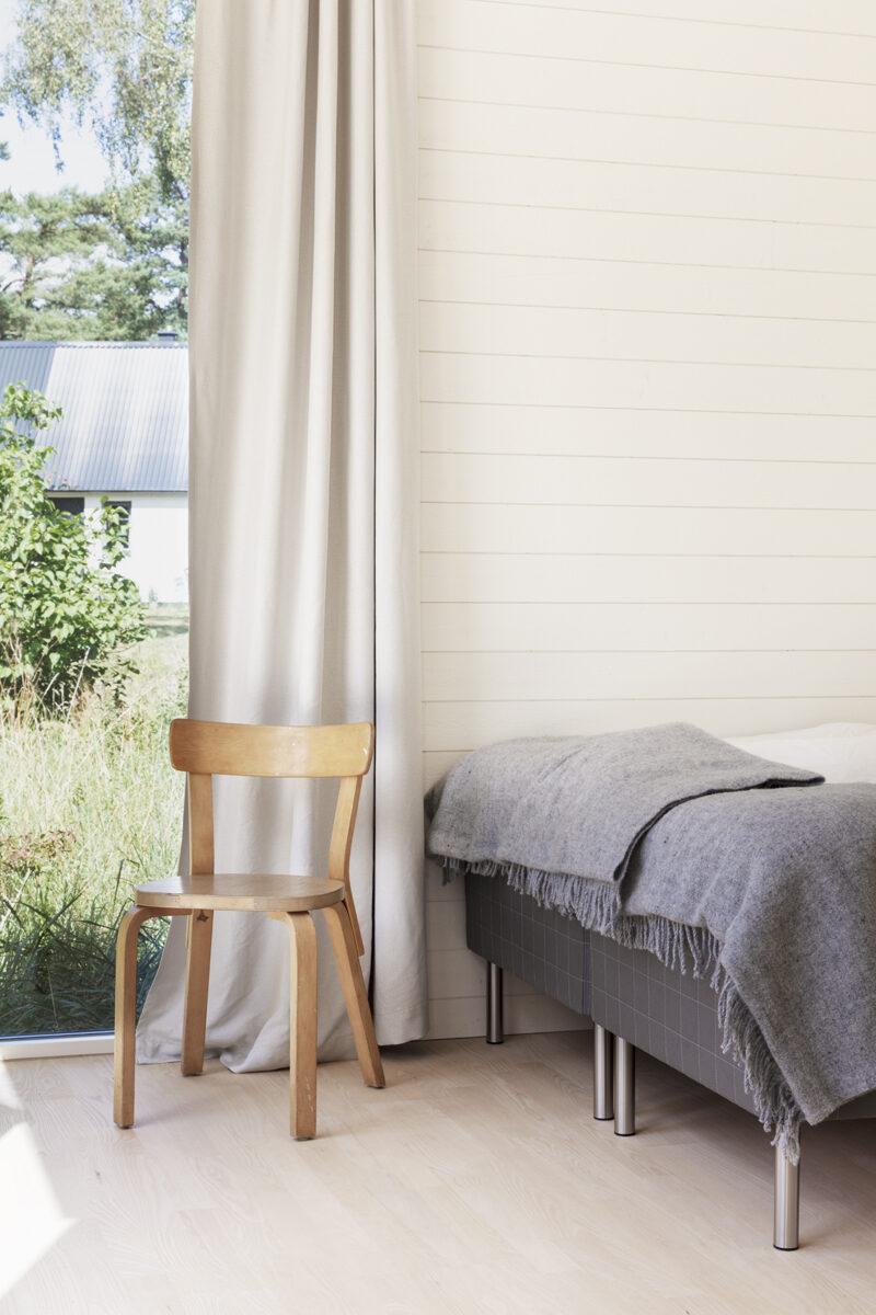 fritidshus osterlen 70 kvm sovrum med vy
